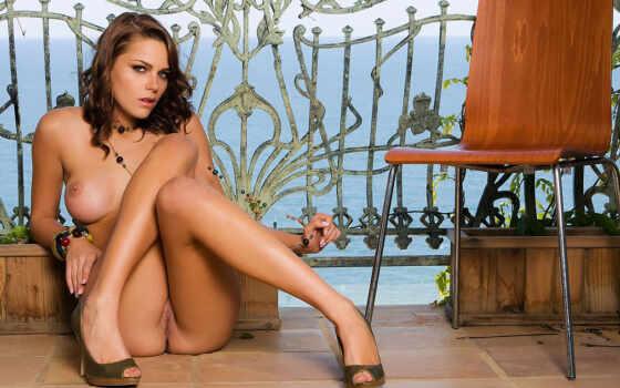 голая девушка сидит на полу