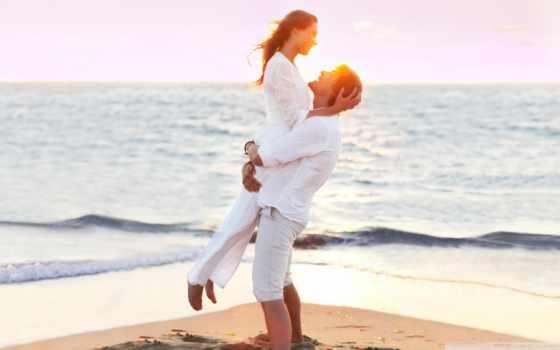 влюблённые в белом на пляже