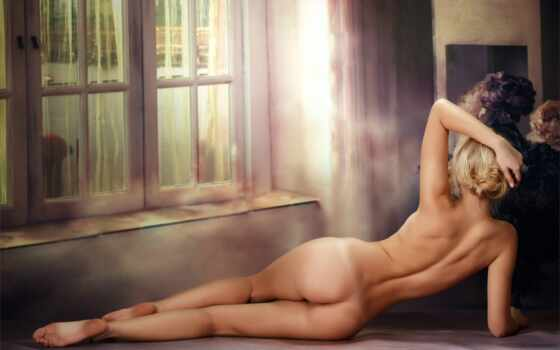 голая девушка лежит