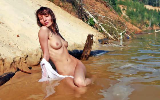 голая в реке, ослепительные