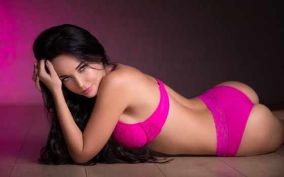 девушка в розовом белье