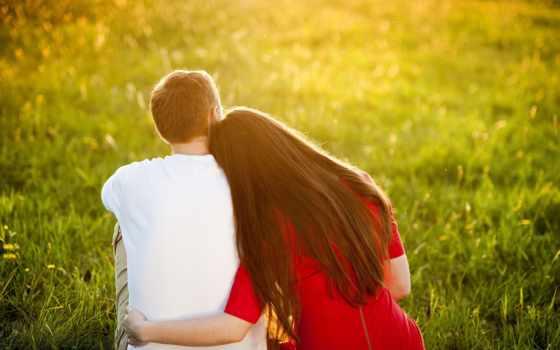влюблённые сидят на траве