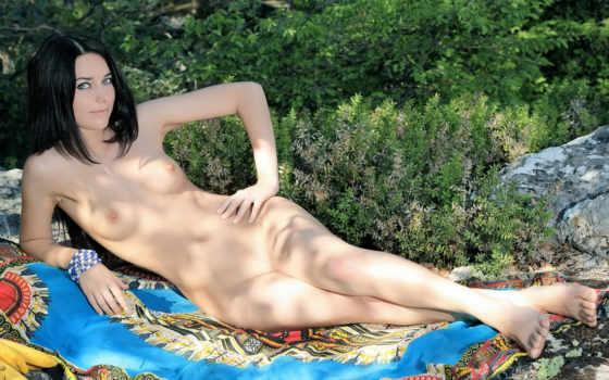 голая девушка на покрывале