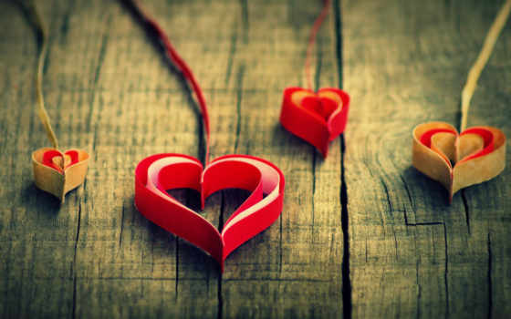 Разноцветные сердечки из бумажных лент