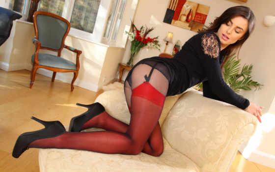 женщина в красных чулках