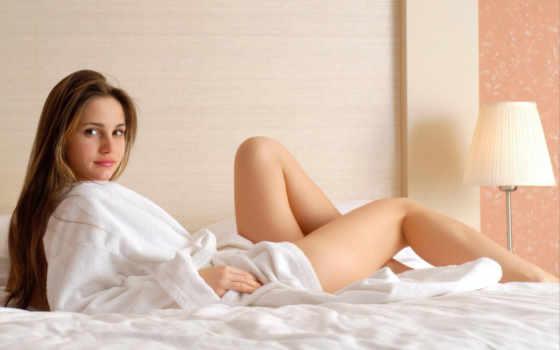 девушка, кровати, белом, халат, голая, картинку, кнопкой, девушки, правой, халате,
