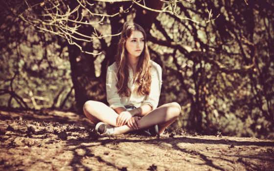 ноги, скрестив, девушка, сидит, задумчивая, деревом, под, проживания, место, года,