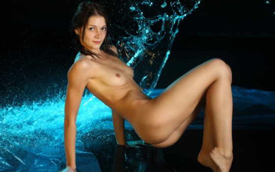эротика брюнетка и вода