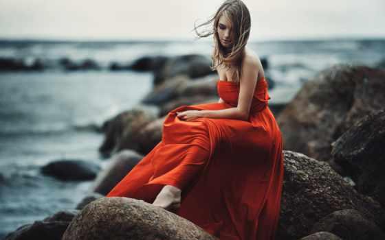платье, девушка, красном, сидит, камне, длинном, прекрасная,