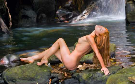рыжая девушка у водопада