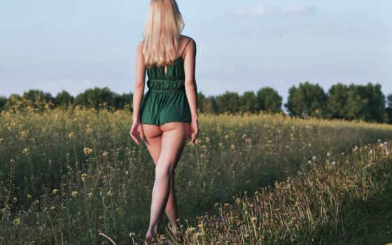 девушка в зеленом платице