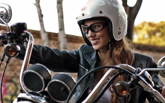 довольная мотоциклистка