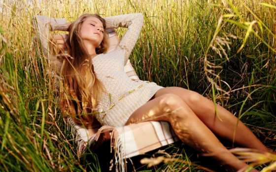 отдыхает, женщина, кресле, девушка, сроках, ранних, густой, траве, выкидыша,