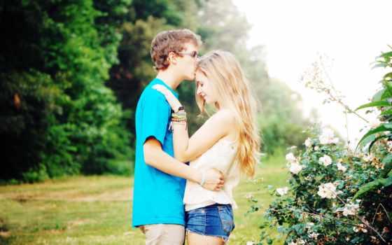 Он и она, любовь, парк, браслет, майка, джинсы