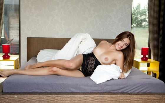 adriana лежит на кровати seks