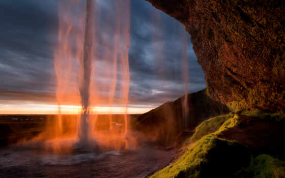 водопад в закате