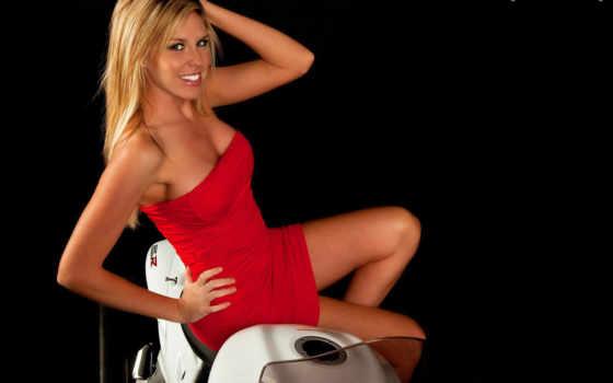 девушка в красном на мотоцикле