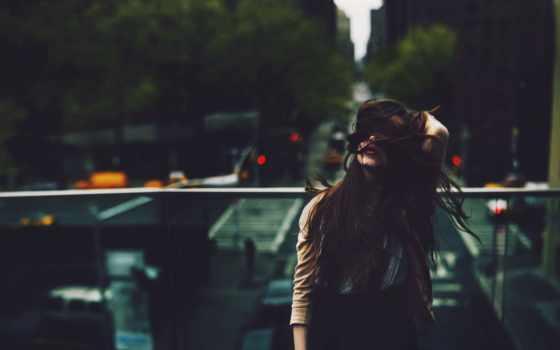 девушка, лицо, волосами, her, закрывают, длинными, fone, город,