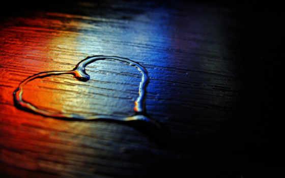 сердце водой с радужным отражением
