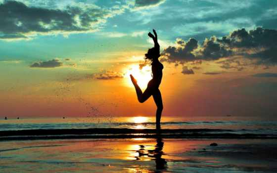 танец в море на фоне заката