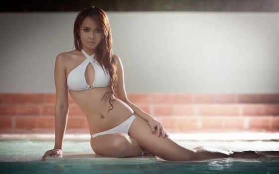 девушка в купальнике у бассейна