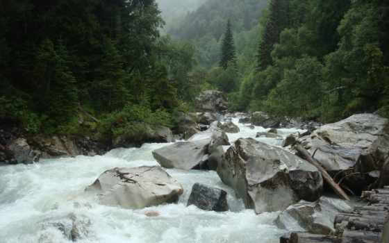 река, бурный