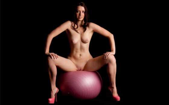 голая девушка на мяче