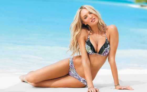 модели на пляже