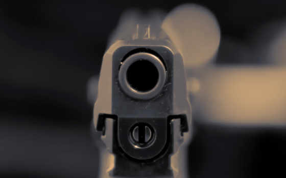 дуло пистолета в макро