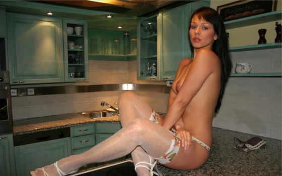 голая девушка на кухне