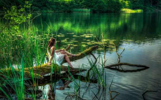 девушка на поваленном в озеро дереве