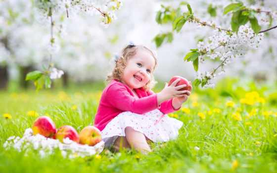 девушка, сидит, радостная, полянке, цветочной, яблоком, among, руках, positive, fone,