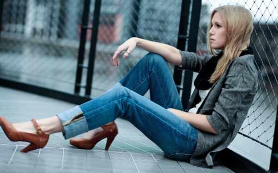 девушка, сидит, джинсы