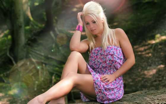 блондинка, лес