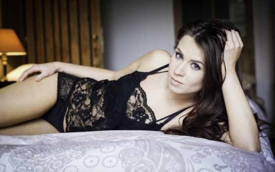 девушка в черное белье на кровати