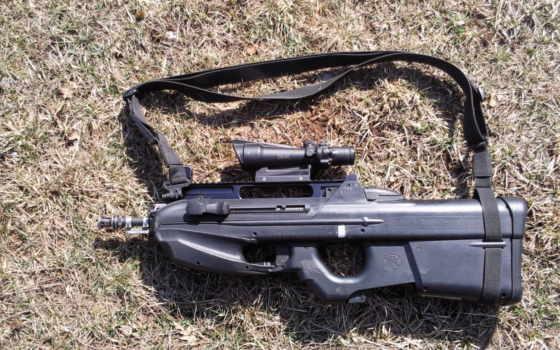 FN F2000 Tactical с ACOG на траве