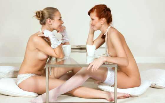 две голых девушки за столом