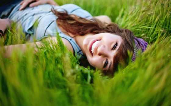 девушка, трава, улыбка, природа, настроение, summer, brunette, траве, счастье,