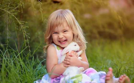 девочка с кроликом на лужайке 2