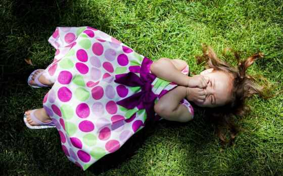 девушка, платье, смеётся, лежит, трава, pea, shadow, розовом, газон,