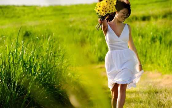 улыбка, ветер и букет жёлтых цветов