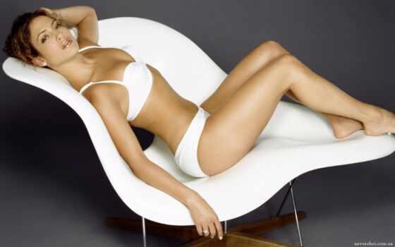 девушка на белом кресле