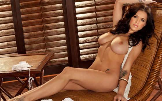 голая девушка на жезлонге