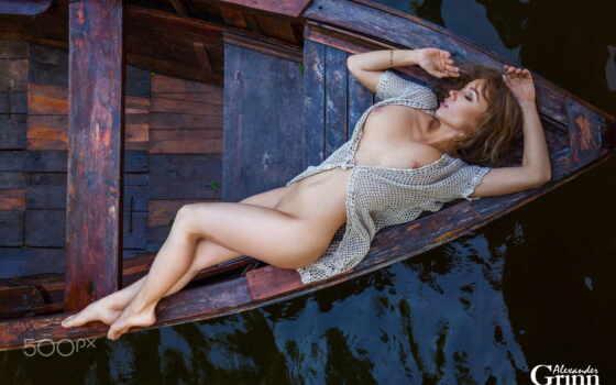 голая девушка на лодке