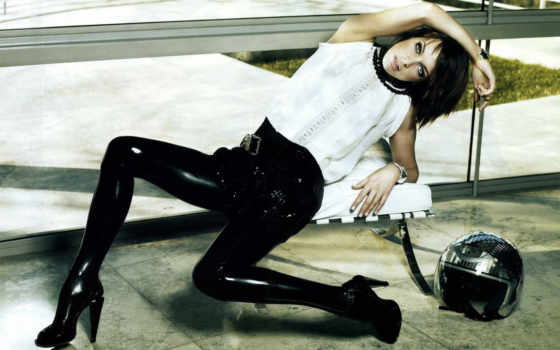 milla jovovich в латексных штанах