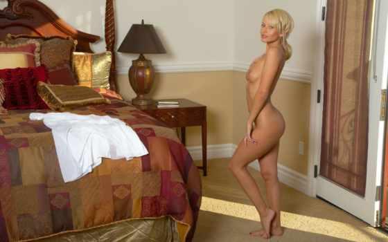 голая девушка в комноте