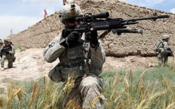 оружием, солдаты