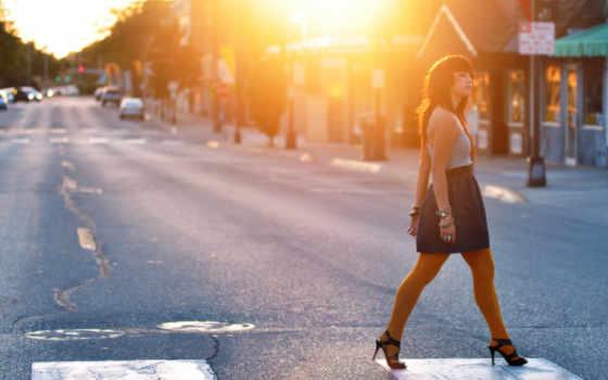 девушка, дорога, солнце, машины, дома, переход, улица, свет, картинка,