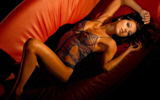 красивая девушка на диване