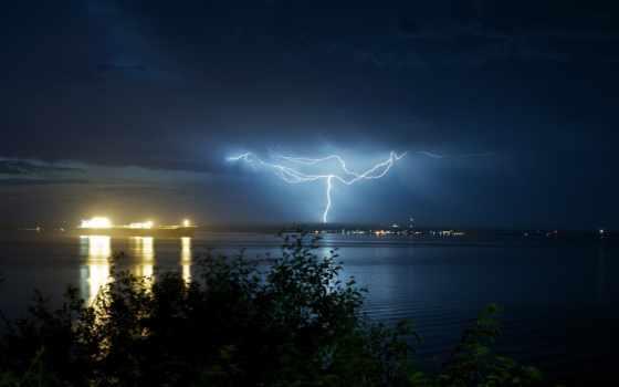 природа, листва, дерево, небо, lightning, ночь, буря, trees, широкоформатные, ocean, oblaka,